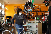 Hết thời tranh giành giấy vệ sinh, đua nhau mua xe đạp
