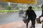 Phẫn nộ nhóm thanh niên tạt nước vào người đi đường làm trò vui