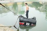 Ô tô lao xuống hồ, lái xe trèo lên nóc xe kêu cứu