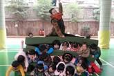 """Cô giáo mầm non ngồi đè lên """"ghế thịt người"""" xếp từ học sinh"""