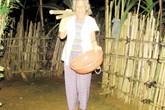 Cụ bà 80 tuổi đi bốc hài cốt tích đức mong con gái trở về