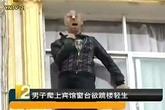 Đám đông khuyến khích người đàn ông nhảy lầu tự tử