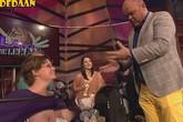 MC truyền hình thản nhiên bú sữa từ khách mời
