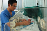 Cứu sống bé trai sinh non nặng 0,5kg