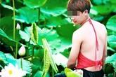 Nam thanh niên mặc áo yếm chụp ảnh cùng hoa sen