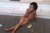 Bố bắt con gái 6 tuổi trần truồng, hút thuốc lá xin ăn