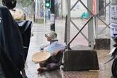 Bé gái 2 tuổi hành xác dưới mưa ăn xin