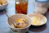 Trẻ ăn trứng lộn: Bác sĩ nói gì?