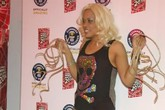 Nữ ca sĩ có bộ móng tay kỷ lục thế giới dài hơn 3m
