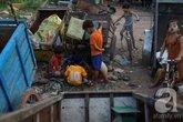 """""""Xóm ép chai"""" của người Việt vô gia cư ở Campuchia"""