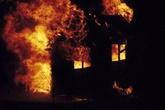 Tưới xăng đốt nhà vì… vợ đòi ly hôn