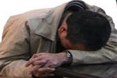 """Thầy giáo làng bị thôn nữ chuốc rượu say để cho """"ngã vào giường"""""""