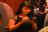 Mải mê chụp ảnh, Nam Thành bỏ rơi bạn gái hơn tuổi giữa chốn đông người