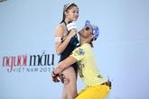 Thí sinh nữ Next Top Model hoảng hốt khi bị nam giám khảo bế bổng