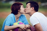 Minh Hằng - Lương Mạnh Hải 'khóa môi' giữa sân bóng