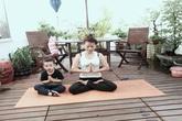 Sốt ảnh Subeo thích thú tập yoga cùng bà ngoại