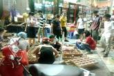 Chen chân mua bánh Trung thu đổ đống xuống đường