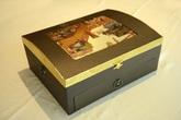 Mở hộp bánh trung thu mạ vàng giá hơn 4 triệu đồng