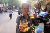 Bán chè xanh kiểu lạ đời tại Hà Nội