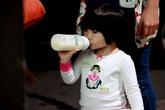 Danh hài Thúy Nga đưa con gái về Mỹ giữa đêm khuya