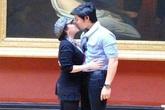 Vũ Hoàng Việt hôn người tình U60 nồng thắm ở bảo tàng Louvre