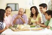 Cụ ông bị cả nhà phản ứng vì gọi vợ yêu - Chuyên gia nói tuổi nào thì không nên gọi anh em, vợ yêu, chồng yêu?
