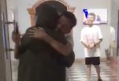 Cô gái về nhà không báo trước và khoảnh khắc người bố chạy ra mừng, ôm chặt lấy con gây xúc động trên mạng xã hội