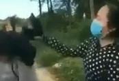 Nữ sinh đập mũ bảo hiểm vào đầu bạn vì mâu thuẫn trên mạng