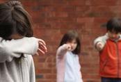 Nhiều cha mẹ băn khoăn không biết phải làm gì khi con bị bắt nạt ở trường, dạy con đánh trả hay im lặng: Chuyên gia chỉ ra một cách khôn ngoan!