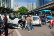 Xế hộp lật ngửa sau tai nạn liên hoàn
