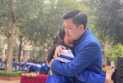 Câu chuyện đau lòng phía sau hình ảnh cả ngàn học sinh và thầy cô ôm nhau khóc giữa sân trường