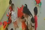 Cô giáo mầm non đánh, xách tay trẻ kéo vào góc khuất camera