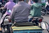 """Người đàn ông lái chiếc xe máy """"cà tàng"""" bỗng nổi bật giữa phố bởi dòng chữ đặc biệt ấm lòng phía sau"""