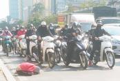 Hà Nội: Thót tim hình ảnh bé gái quỳ úp mặt giữa lòng đường bất chấp nguy hiểm