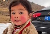 Tiểu thiên sứ Tây Tạng gây sốt trên MXH với nụ cười tỏa nắng, đáng chú ý hơn cả là phản ứng của nhân vật chính với sự nổi tiếng này
