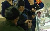 Cụ ông 80 tuổi đưa vợ đi mua nhẫn kim cương