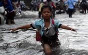"""Đường thành """"sông"""" sau mưa lớn"""