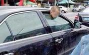 Con 7 tuổi bị kẹp cửa kính ô tô vì mẹ mải mua sắm