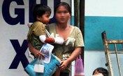 Phụ nữ to khỏe bế trẻ em phơi nắng ăn xin ở Sài Gòn