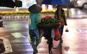 Những dáng hình mưu sinh trong đêm mưa Hà Nội