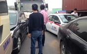 """Hà Nội: 6 xe ô tô """"dồn đống"""" ở khúc cua oan nghiệt"""