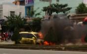 Xe taxi bị văng qua bên kia đường, bốc cháy ngùn ngụt