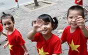 Các bé mẫu giáo ngộ nghĩnh, đáng yêu trong đồng phục cờ đỏ sao vàng