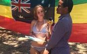 Nữ phóng viên diện bikini đưa tin về G20