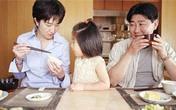 """Quá """"chán"""" cách mẹ Việt cho con ăn"""