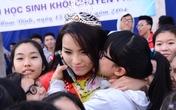 Hình ảnh xúc động Hoa hậu Kỳ Duyên về thăm trường cũ