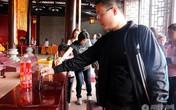 Đại gia đi lễ chùa bỏ hẳn iPhone 6 vào hòm công đức