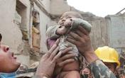 Tiếng khóc cứu sống bé 5 tháng tuổi dưới đống đổ nát ở Nepal