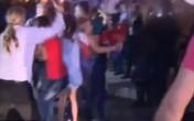 Đang lên hình trực tiếp, nữ phóng viên bị xé nát quần áo