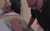 Xúc động cảnh người chồng gần 100 tuổi hát cho vợ nghe bên giường bệnh